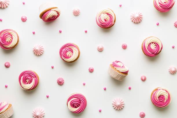 cupcake-hintergrund auf weiß - cupcake, zuckerguss stock-fotos und bilder
