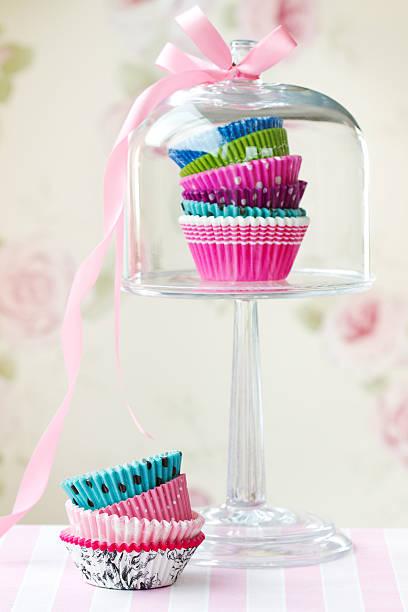 cupcake-fällen - cupcake türme stock-fotos und bilder