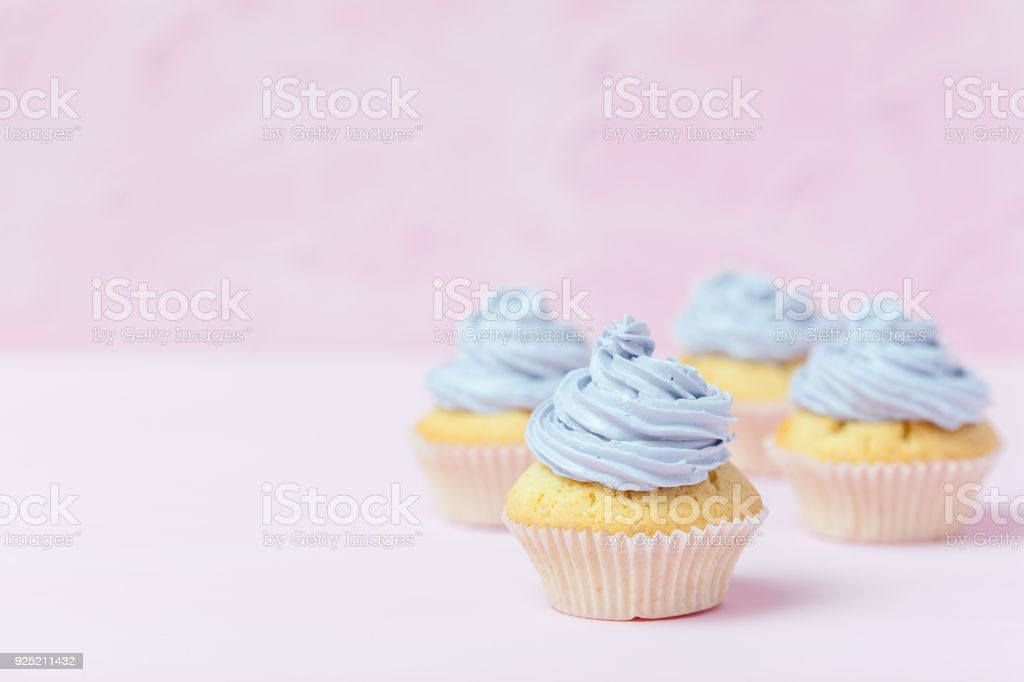 Cupcake Versierd Met Violet Botterroom Op Pastel Roze Achtergrond