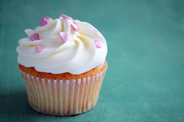 kuchen zum valentinstag - vanille muffins stock-fotos und bilder