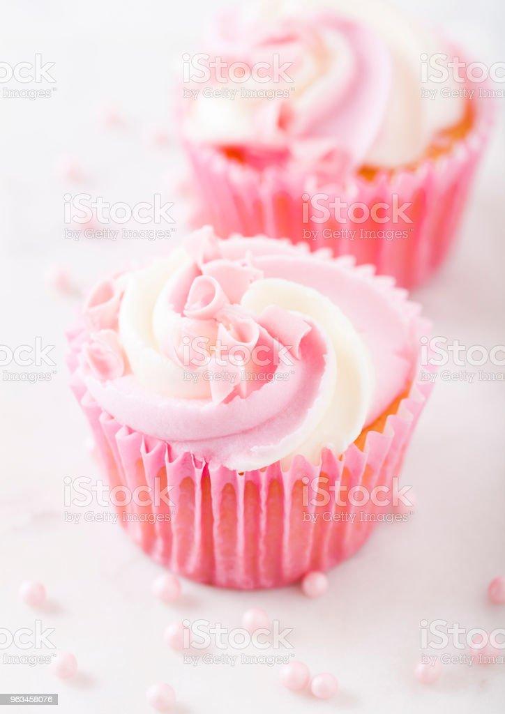 Muffin Cupcake con frambuesa crema postre - Foto de stock de Al horno libre de derechos