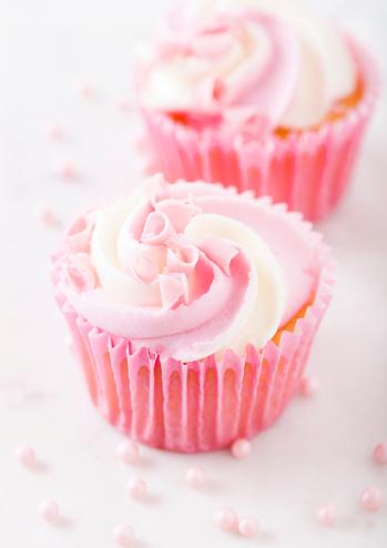 Muffin Cupcake Con Frambuesa Crema Postre Foto de stock y más banco de imágenes de Al horno