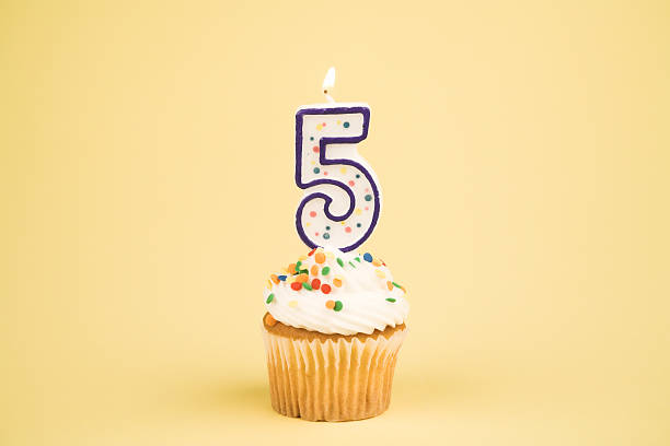 cupcake (5) numero di serie - numero 5 foto e immagini stock