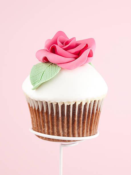 cupcake - rosentorte stock-fotos und bilder