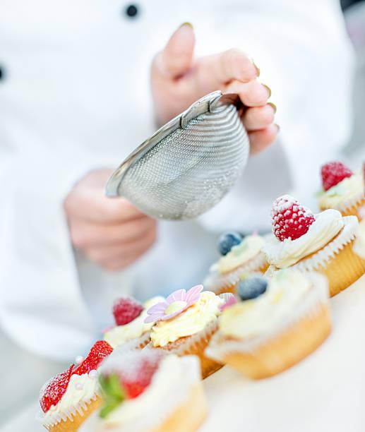 cupcake - himbeerzuckerguss stock-fotos und bilder