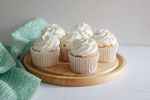 cupcake. - vanille muffins stock-fotos und bilder