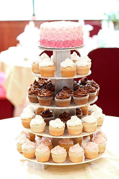 cupcake-stufe - cupcake türme stock-fotos und bilder