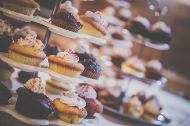 cupcake tower bei hochzeit, geburtstag party event - cupcake türme stock-fotos und bilder