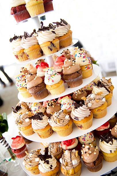 cupcake-tower - cupcake türme stock-fotos und bilder