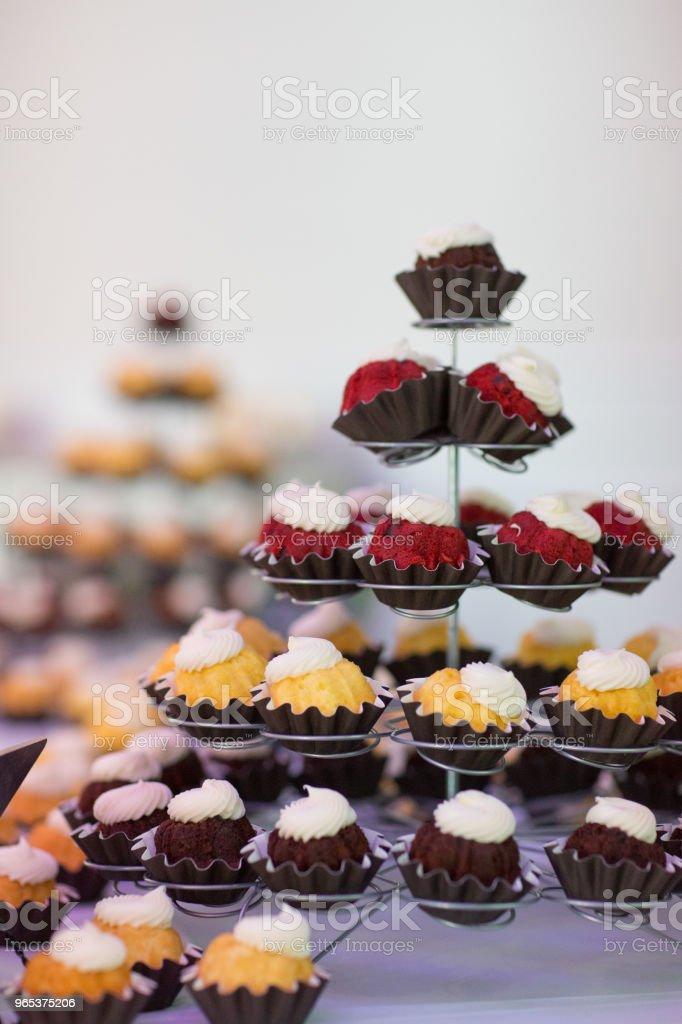 婚禮招待會上展示的蛋糕品種 - 免版稅垂直構圖圖庫照片