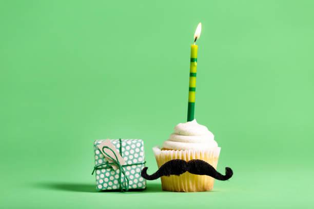 cupcake mit einem schnurrbart-vatertag-thema - geburtstagsgeschenk für papa stock-fotos und bilder