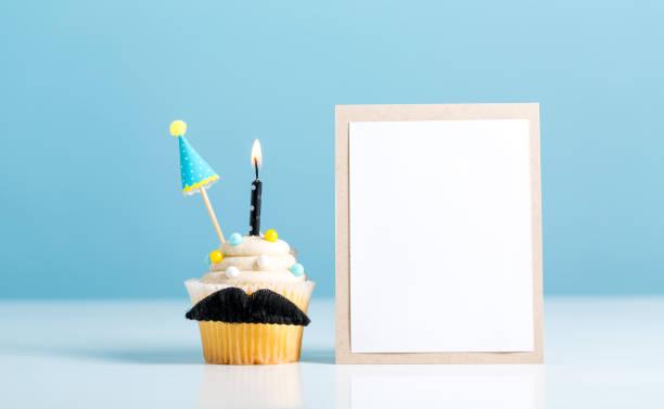 cupcake mit einem schnurrbart-vatertag-thema - schnurrbart themenpartys stock-fotos und bilder