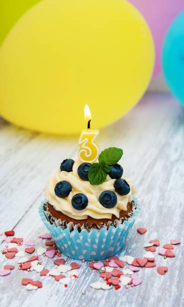 cupcake mit einer ziffer 3-kerze - 3 zutaten kuchen stock-fotos und bilder
