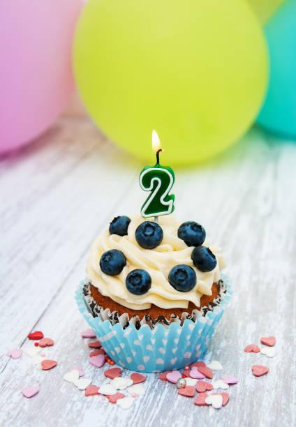 cupcake mit einer ziffer zwei kerze - 3 zutaten kuchen stock-fotos und bilder