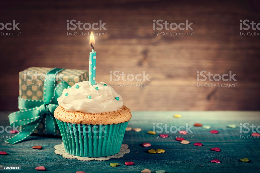 Cupcake with birthday candle - foto de stock