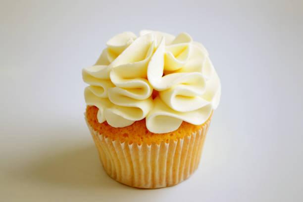 cupcake mit sahne. - cupcake, zuckerguss stock-fotos und bilder