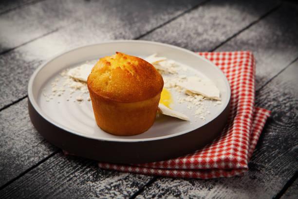 cupcake mit merengue - italienische küchen dekor stock-fotos und bilder