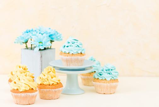 Foto de Cupcake Com Buttercream Azul E Amarelo Doce Decoração E Azul Crisântemo Em Vaso Chique Gasto Retrô e mais fotos de stock de Alimentação Não-saudável