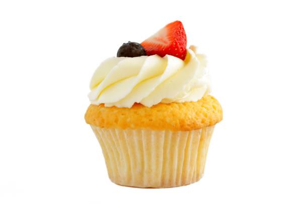cupcake mit schlagsahne, frische erdbeere, heidelbeere. - vanille muffins stock-fotos und bilder