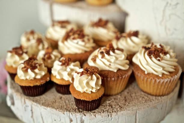 cupcakes - vanille muffins stock-fotos und bilder