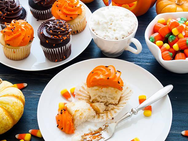 cupcakes - heiße schokoladen cupcakes stock-fotos und bilder