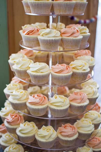 cupcakes - cupcake türme stock-fotos und bilder