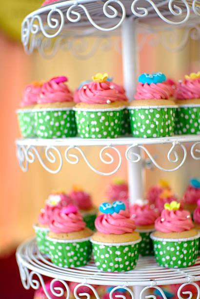 cupcakes stufe - cupcake türme stock-fotos und bilder