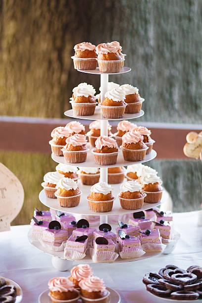cupcakes tower im bankett-tisch - cupcake türme stock-fotos und bilder