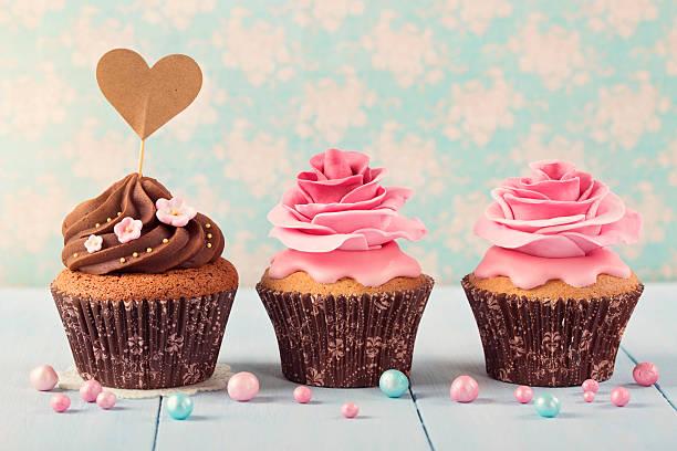 pastelitos (cupcakes) con corazón cakepick - magdalena dulces fotografías e imágenes de stock