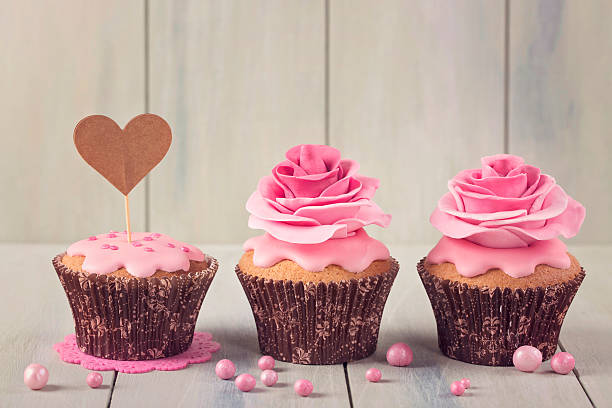 kleine kuchen mit herz cakepick - rosentorte stock-fotos und bilder