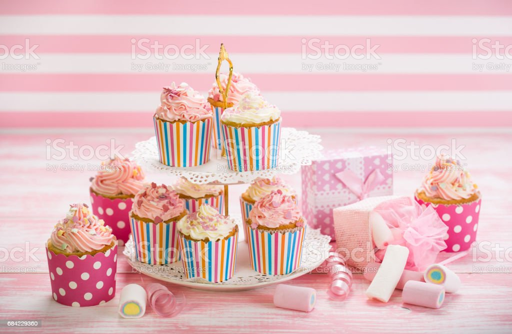 Cupcakes with pink and white icing photo libre de droits