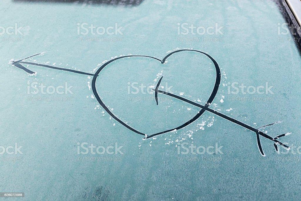 Cupid heart drawn on a frozen windscreen. – Foto