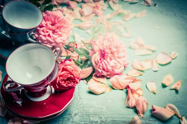 tassen und rosa rosen auf türkis shabby chic - rosen tee stock-fotos und bilder