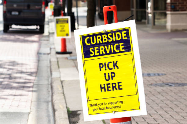 Curbside Service Sign Sign encouraging people to support local restaurants curbsidepickup stock pictures, royalty-free photos & images