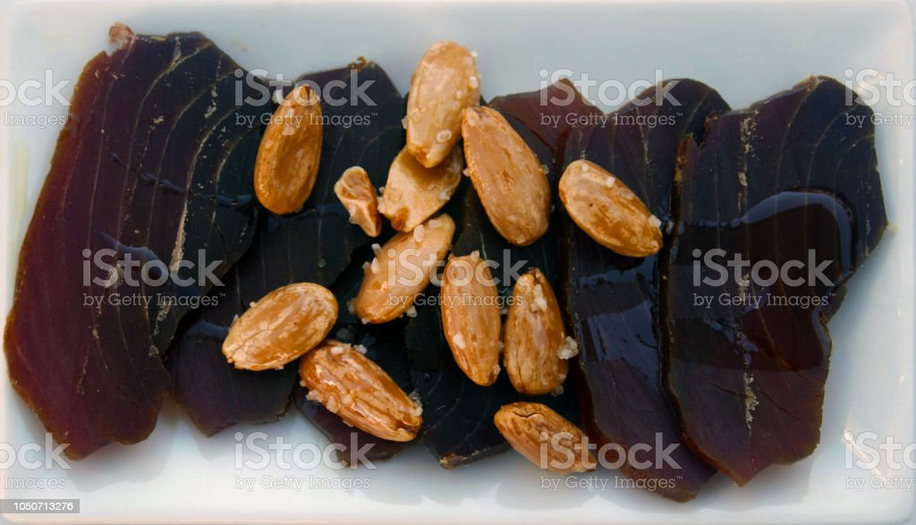 Curado tuna marrón, almendras y aceite de oliva - Foto de stock de Aceite para cocinar libre de derechos