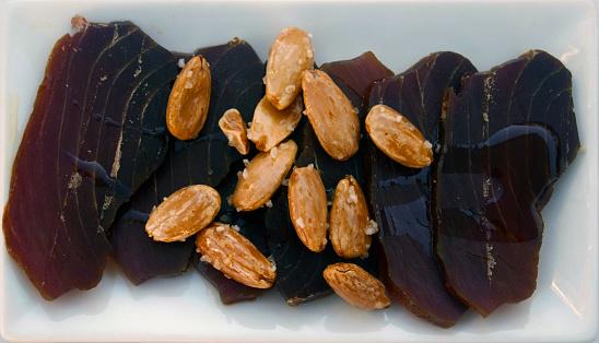 Curado Tuna Marrón Almendras Y Aceite De Oliva Foto de stock y más banco de imágenes de Aceite para cocinar