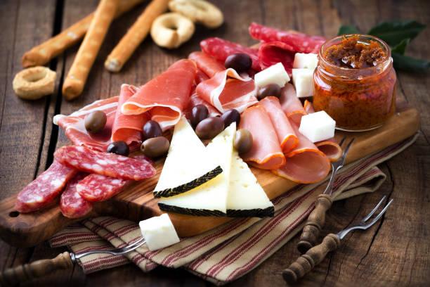 kurierten fleisch und käseplatte - wurst käse dips stock-fotos und bilder