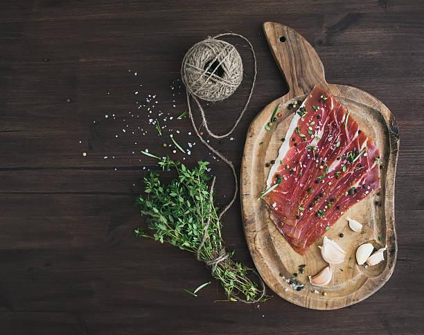 schwein fleisch oder prosciutto auf rustikalen holz-board - thymian trocknen stock-fotos und bilder