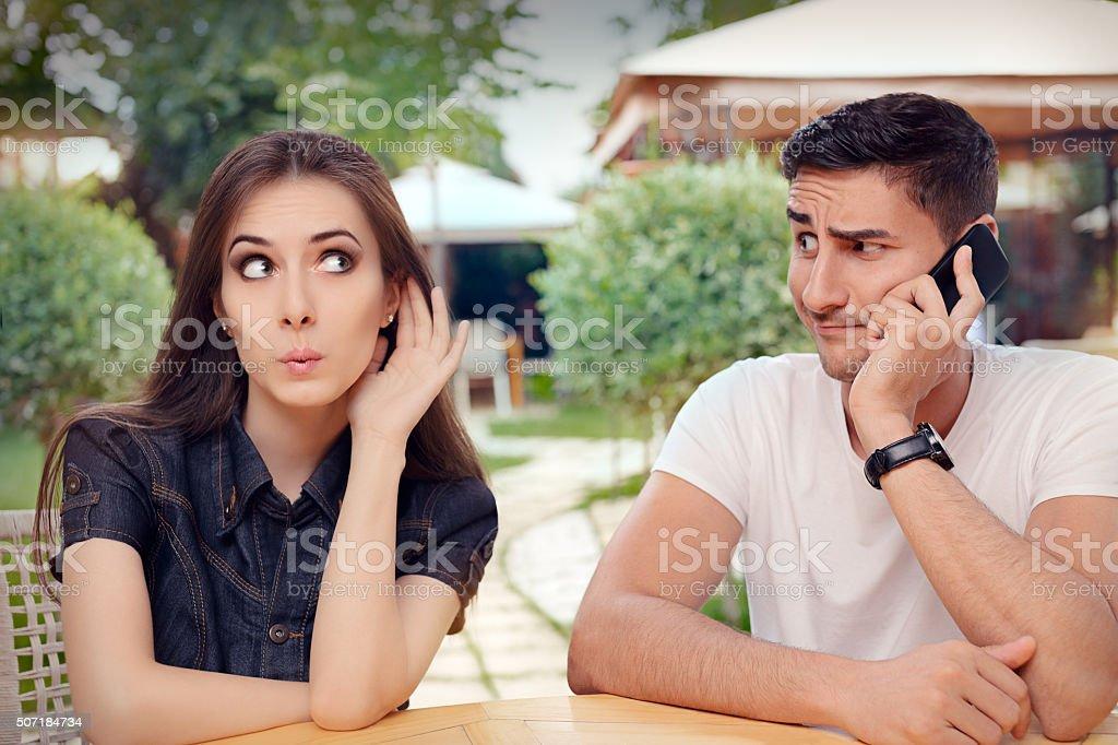 Curioso garota ouvindo o namorado falando no telefone - foto de acervo