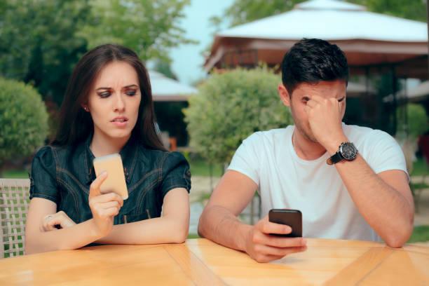 neugierige freundin überprüft freund telefon texte nachrichten empfangen - liebesbeweis für ihn stock-fotos und bilder