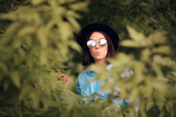 Neugierige eifersüchtige Frau Spionage von Büschen – Foto