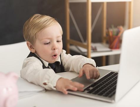 ノート パソコンとテーブルで形式的に好奇心の小さなビジネスマン - めがねのストックフォトや画像を多数ご用意