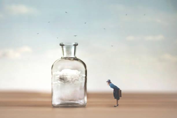 Neugierige Frau beobachtet mit Erstaunen eine Wolke, die in einer Vase gefangen ist – Foto