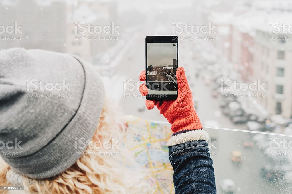 Curly blond girl making photo on her smartphone – Foto