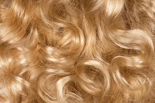 capelli biondi ricci - capelli ossigenati foto e immagini stock