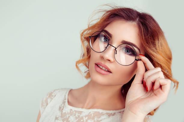 lockige blonde junge europäische frau mit runden gläsern. - haarschnitt rundes gesicht stock-fotos und bilder