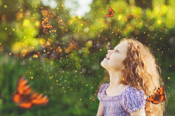 Lockiges Mädchen mit einem Schmetterling auf seiner Nase. – Foto