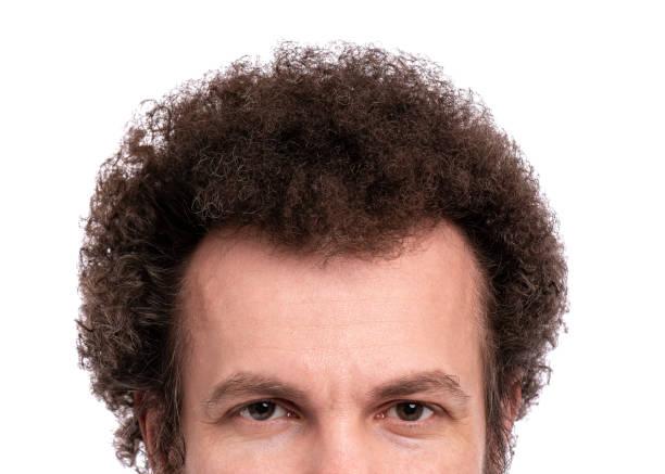 곱슬 머리 의 남성 머리 - 파마 뉴스 사진 이미지
