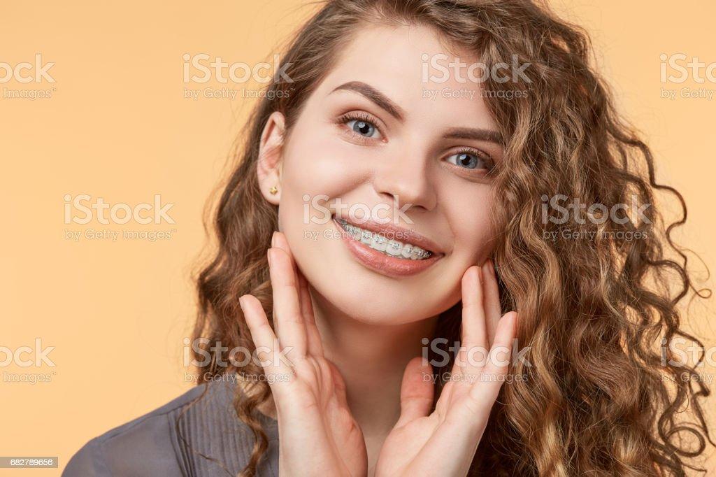 mujer de pelo rizado con soportes - foto de stock