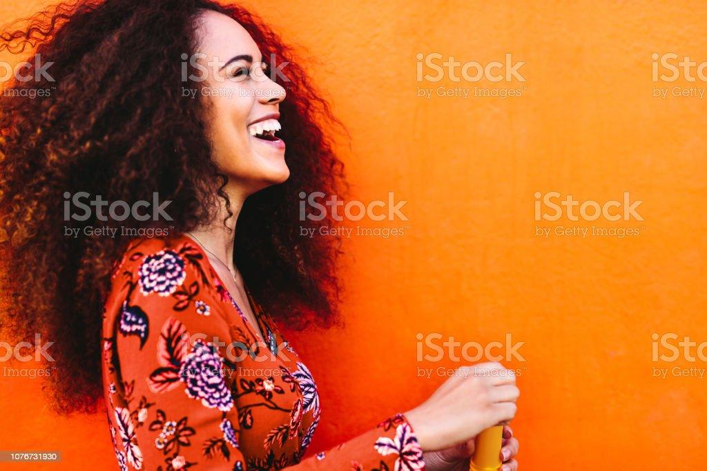 Lockige dunkelhaarige Frau mit Spaß – Foto